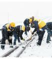 格尔木工务段唐古拉线路车间职工在清扫布玛德站道岔积雪
