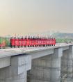 德阳水利项目部青白江1#拦河闸交通桥T梁架设顺利完成